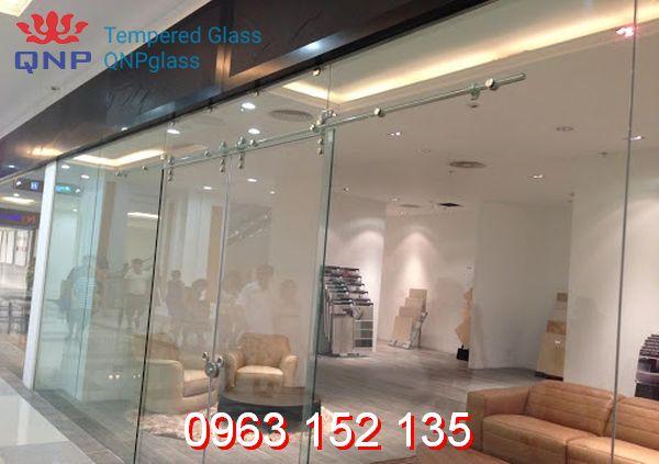 Bật mí các tiêu chí lựa chọn vách kính cho showroom chất lượng, uy tín