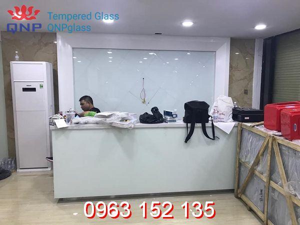 mua-vach-kinh-cuong-luc-showroom