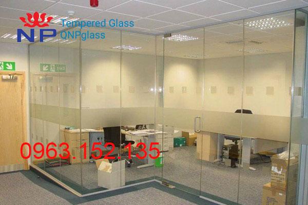 vách kính mặt tiền showroom