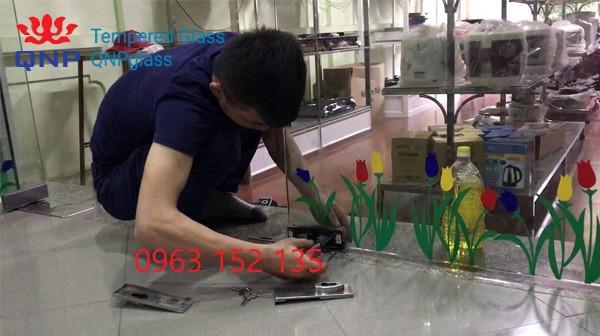 Sửa bản lề sàn cửa kính